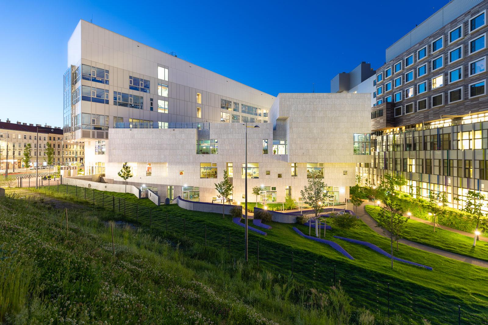 Klinik Floridsdorf- Nachtaufnahme, Architekt Albert Wimmer
