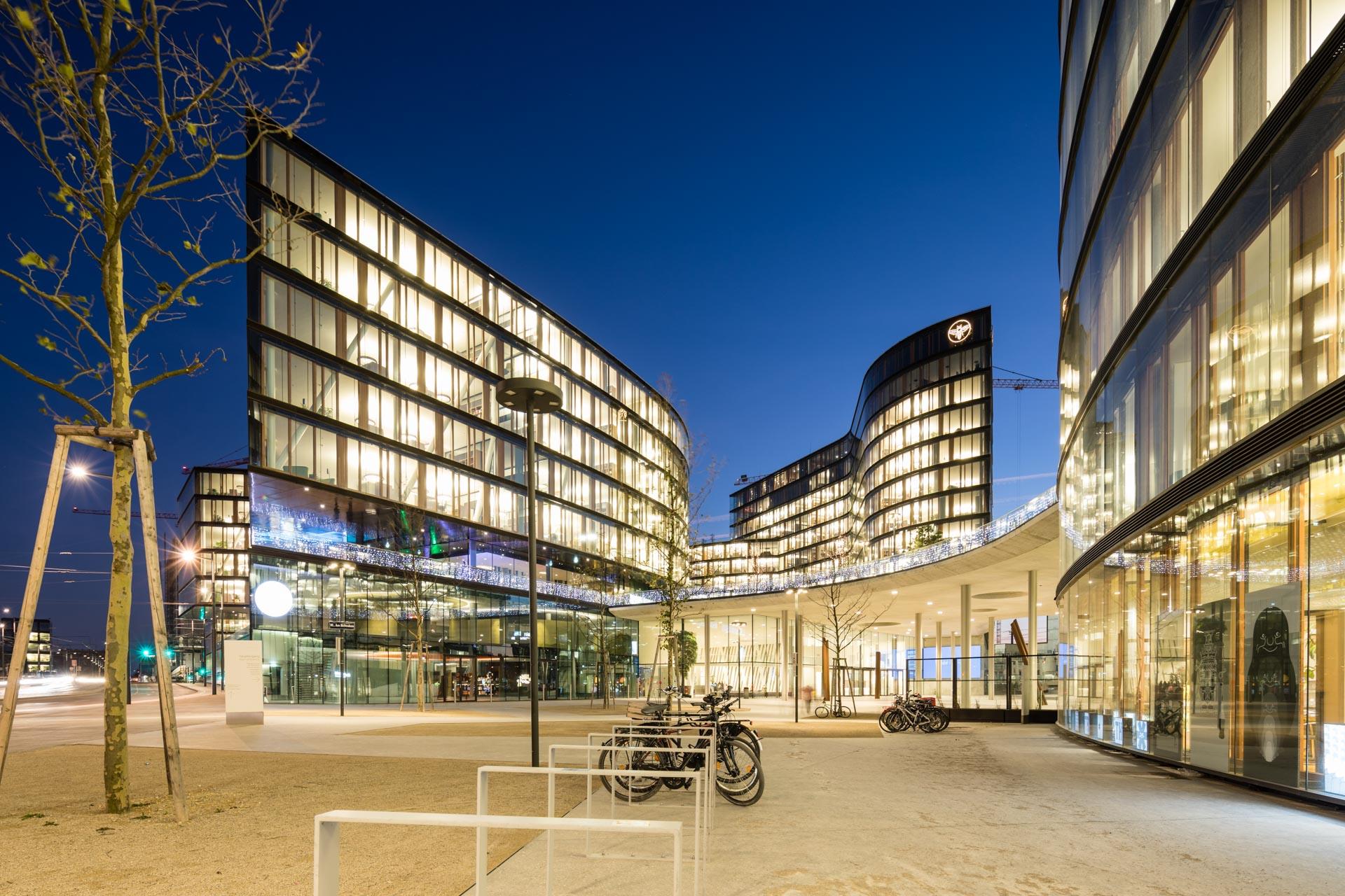 Blue Hour Aufnahme des Erste Campus von den Architekten Henke Schreieck.