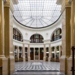 Säulenhalle der Ehemalige Länderbank Zentrale, heutige Datenschutzkommission mit Glasdach. Ein Bild von MANFRED SODIA photography.