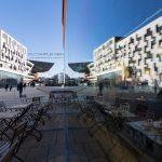 Spiegelung am WU-Campus Wien in einem Cafe mit Blick auf die Bibliothek. Ein Bild von MANFRED SODIA photography.