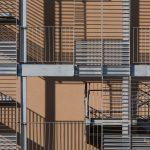Geländerkonstruktion an der WU-Campus-Fassadenansicht mit wagrechten und senkrecht angebrachten Geländer. Ein Bild von MANFRED SODIA photography.